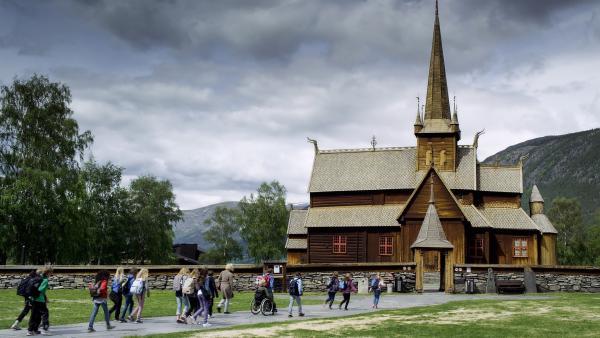 Die Klasse von Nora, Lars und Simon auf dem Weg in die alte Dorfkirche. | Rechte: NDR/NordicStories