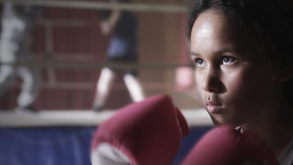 Nora (Naomi Hasselberg Thorsrud) versucht, ihren Frust über die gemeinen Anschuldigungen beim Boxen abzureagieren. | Rechte: NDR/NordicStories