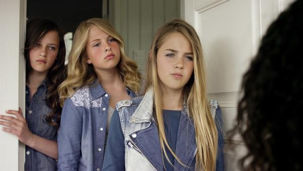 Charlotte (Sara Yttre, vorn), Johanna (Lotte Kvalheim, Mitte) und Lea (Emma Bakke) werden von Nora konfrontiert. | Rechte: NDR/NordicStories