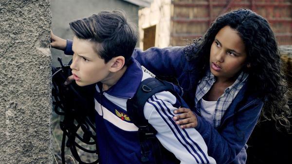 Wer ist für die fremdenfeindlichen Graffittis am Asylbewerberheim verantwortlich? Simon (Oskar Lindquist) und Nora (Naomi Hasselberg Thorsrud) ermitteln auf eigene Faust. | Rechte: NDR/NordicStories