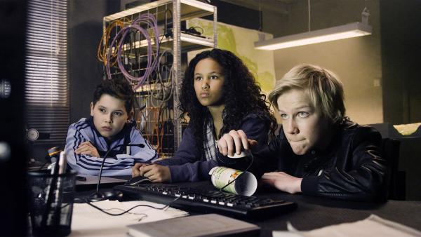 Nora (Naomi Hasselberg Thorsrud, Mitte) ist gespannt: ob Lars (Bjørnar Lysfoss Hagesveen, rechts) die Fingerabdrücke auf der Spraydose identifizieren und Simon (Oskar Linquist, links) entlasten kann? | Rechte: NDR/NordicStories