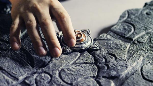 Fast ist das Trio am Ziel: nur noch eine Steinplatte fehlt, um die Schatzkarte zu vervollständigen. | Rechte: NDR/NordicStories