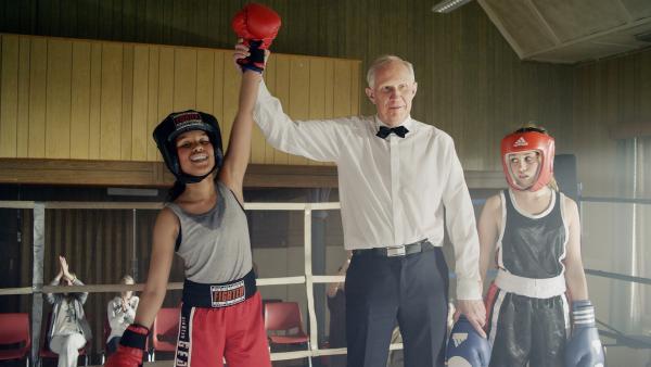Nora (Naomi Hasselberg Thorsrud, links) gewinnt spielend die ersten Runden im Boxwettkampf. Doch dann brechen die ersten Sportler zusammen... | Rechte: NDR/NordicStories