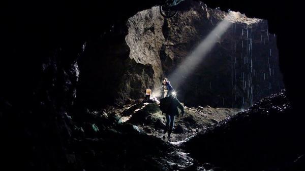 Simon (Oskar Lindquist) und Nora (Naomi Hasselberg Throsrud) finden mit Lars Hilfe Odins Schatz in einer alten Tropfsteinhöhle. | Rechte: NDR/NordicStories