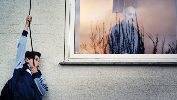 Simon (Oskar Lindquist) kann sich gerade noch vor Saschas Augen (Ibrahim Lajqi) in Deckung bringen. | Rechte: NDR/NordicStories