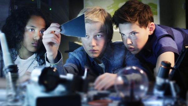 Nora (Naomi Hasselberg Thorsrud), Lars (Bjørnar Lysfoss Hagesveen) und Simon (Oskar Lindquist) bei der Ermittlungsarbeit im Hauptquartier. | Rechte: NDR/NordicStories