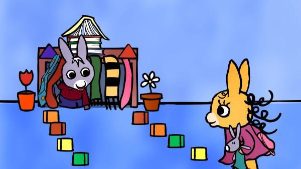 TROTRO hat ein kleines Häuschen gebaut. Nana ist davon ganz begeistert, als sie vorbeikommt, um ihren Rucksack abzuholen. | Rechte: KiKA/Storimages