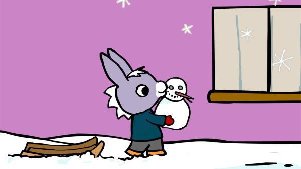 TROTRO hat einen Schneemann gebaut und möchte ihn mit nach Hause nehmen.   Rechte: KiKA/Storimages