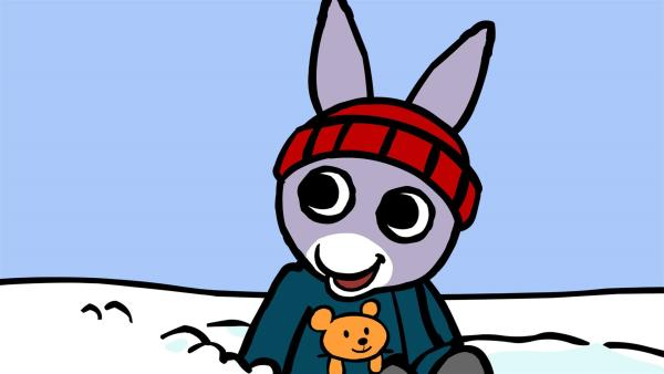 TROTRO freut sich! Es liegt endlich Schnee und er kann Schlitten fahren.   Rechte: KiKA/Storimages