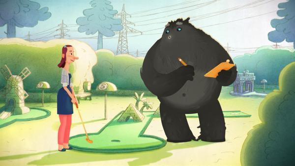 Trude und das Tier amüsieren sich beim Minigolfen. | Rechte: WDR/Studio Soi