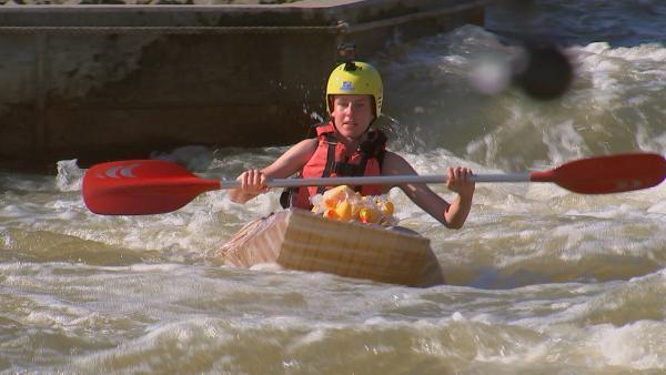 Alex in der Pappboot-Challenge | Rechte: rbb/DOKfilm