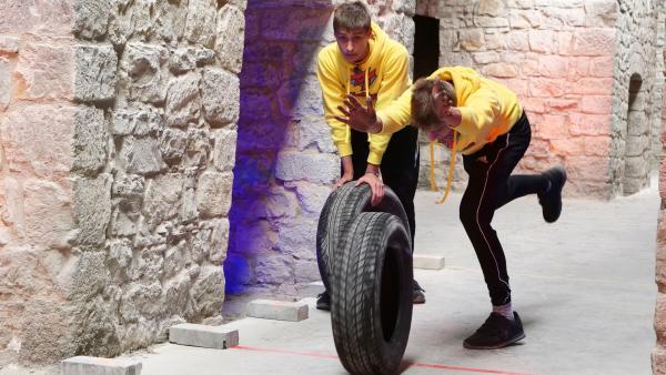 Matti und Malte rollen Reifen in der Ziegel-Challenge. | Rechte: rbb/DOKfilm/Thomas Ernst