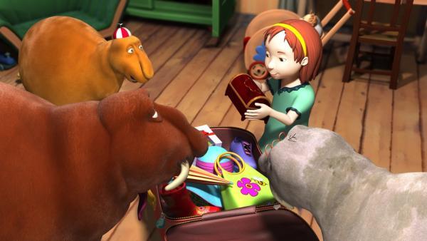 Luzi möchte verreisen und hat ein Problem: Was packe ich denn nur in meinen Koffer? Mit Hilfe von Paninis Kofferpack-Lied ist Luzis Koffer ruckzuck gepackt. | Rechte: rbb/Digitrick