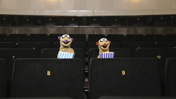 Die Erdmännchen Jan und Henry schauen einen Superheldenfilm.   Rechte: rbb/bigSmile Ent./NDR/MDR