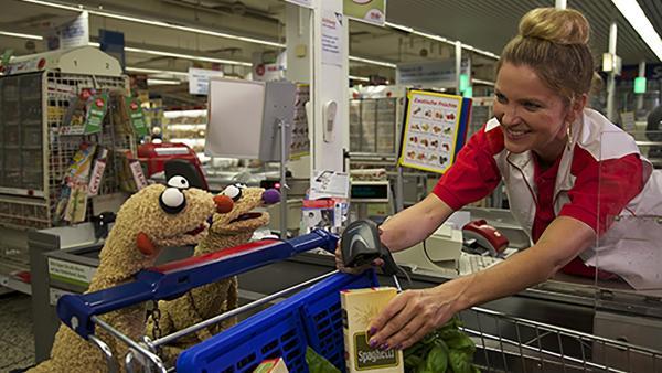 Jan und Henry gehen im Supermarkt auf Roboterjagd. | Rechte: rbb/bigSmile Ent./NDR/MDR