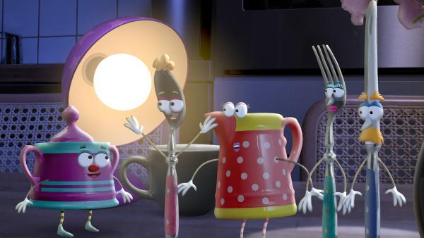 Die kleine Lampe hört etwas. Das Geräusch kommt aus der Küche. Die kleine Lampe muss sofort nachsehen, was da los ist.  | Rechte: rbb/Bastei Media