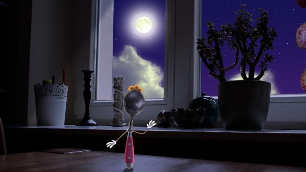 In der Küche steht der kleine Löffel traurig am Fenster. Er wäre zu gern einmal auf dem Mond. Wie kann man da helfen? | Rechte: rbb/Bastei Media