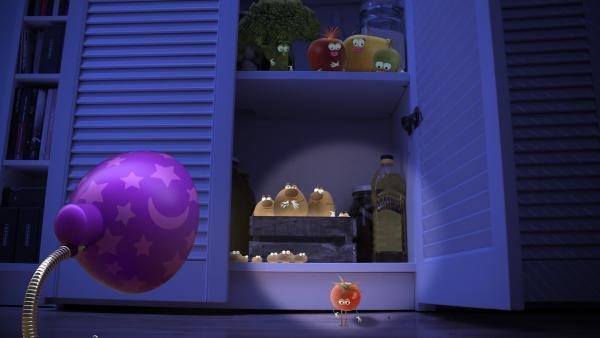 Die kleine Lampe lauscht in die Dunkelheit. Sie hört Stimmen aus Richtung Speisekammer. Dort ist die kleine Tomate, die nicht einschlafen kann, weshalb die anderen auch nicht schlafen können. | Rechte: rbb/Bastei Media
