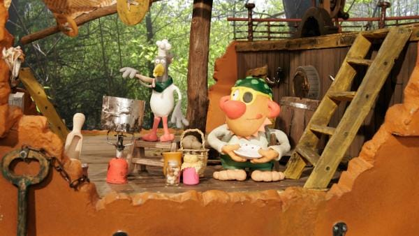 Mitten in Wald liegt versteckt ein Tümpel und darauf treibt ein kleines Schiff. Lachmöwe Lawina und ihr bester Freund Piratenkapitän Rasmus Rotbart stehen auf ihrem winzigen Piratenschiffens und nehmen Kurs auf die nächsten Abenteuer. | Rechte: rbb