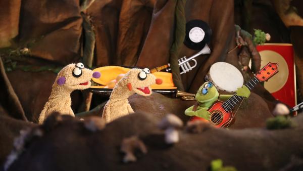 Jan und Henry finden heraus, was eine Hexe beim Hochsprung, ein Frosch und eine Gitarre gemeinsam haben.   Rechte: rbb/bigSmile