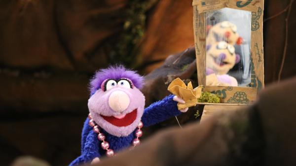 Jan und Henry von einem quietschenden Geräusch geweckt. Es kann sich hierbei nur um einen Gorilla handeln, der Bananen krumm biegt.   Rechte: rbb/bigSmile