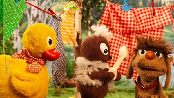 Pitti und Schnatterinchen haben ein Geschenk für Moppi. | Rechte: rbb/Christian Merten