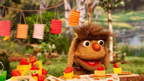 Moppi freut sich auf die Käsetörtchen. | Rechte: rbb/Christian Merten