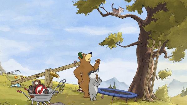 Dr. Brumm und Dachs wollen die Katze dazu bewegen, vom Baum herunter auf das Trampolin zu springen.   Rechte: rbb/WunderWerk/TRIKK 17