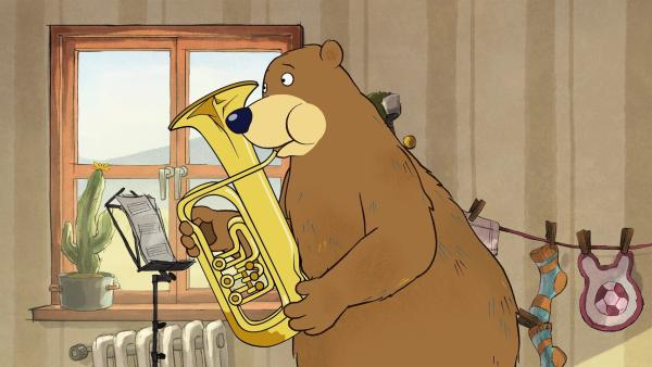 Dr. Brumm hat eine Tuba gefunden und versucht damit Musik zu machen. | Rechte: rbb/WunderWerk/TRIKK 17