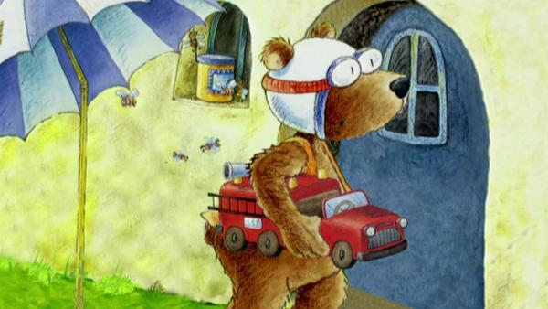 Der Bär versucht das Geschenk gut zu verstecken. | Rechte: rbb/fischer tv + film