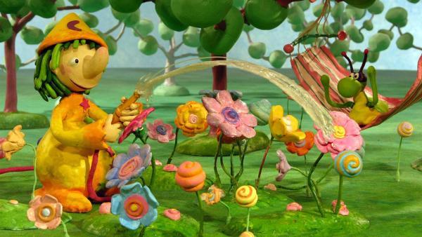 Die Blümchen in Pondorondos Garten sind kurz vor dem Verwelken. Doch Pondorondo merkt es und gießt sie. | Rechte: RBB/Sandmannstudio Trickfilm GmbH