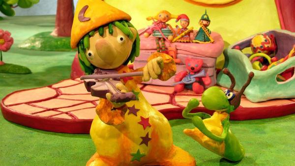 Pondorondo führt den Kindern als Musikant verschiedene Instrumente vor.   Rechte: RBB/Sandmannstudio Trickfilm GmbH