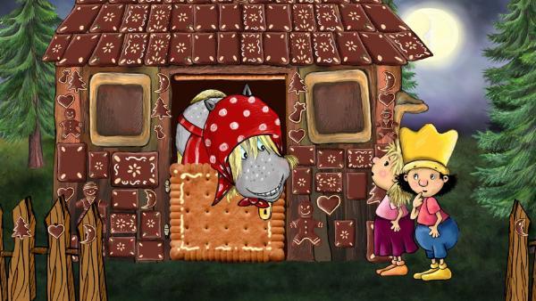 """Der kleine König und die kleine Prinzessin spielen und singen """"Hänsel und Gretel""""  und landen im Lebkuchenhaus der Hexe. Diese Rolle wird vom königlichen Lieblingspferd gespielt.   Rechte: RBB/Imediat GbR"""