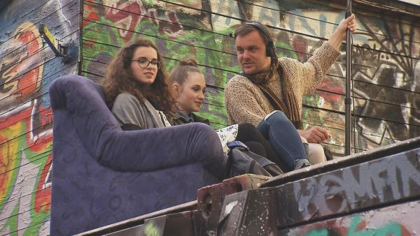 Alina, Mina und Tonmann Aaron warten, bis die Dreharbeiten weitergehen. | Rechte: RBB/Dokfilm