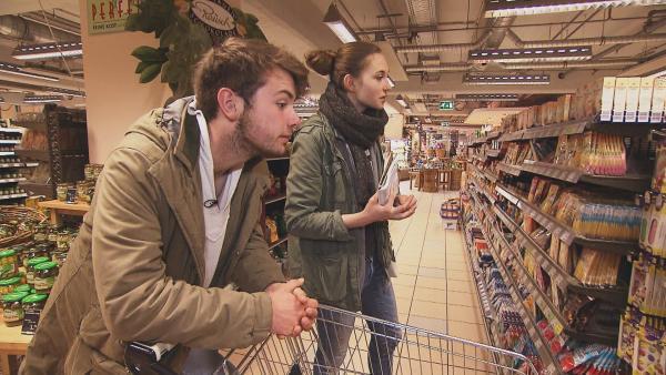 Tim und Mina kaufen die Zutaten für ihren Carrot Cake. | Rechte: RBB/Dokfilm