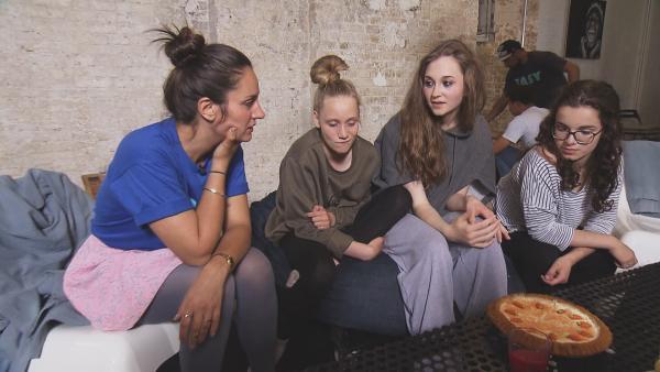 Der Carrot Cake soll Mina als Lea über den Liebeskummer hinweg helfen. | Rechte: RBB/Dokfilm