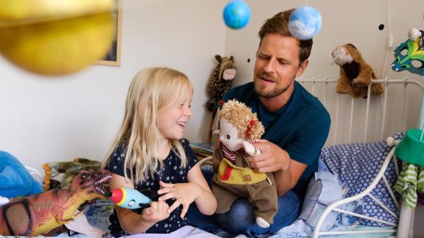 Vilda (Sofia Sittnikow) lebt mit ihrem Papa (Peter Kanerva) zusammen. | Rechte: KiKA/Anton Tevajärvi