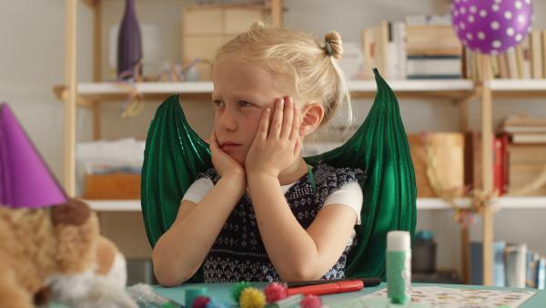 Vilda (Sofia Sittnikow) darf nur fünf Kinder zu ihrem Geburtstag einladen. | Rechte: KiKA/Anton Tevajärvi