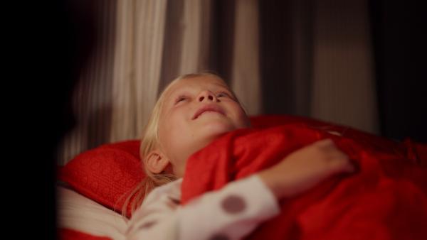 Vilda (Sofia Sittnikow) liegt im Bett und kann nicht einschlafen. | Rechte: KiKA/Anton Tevajärvi