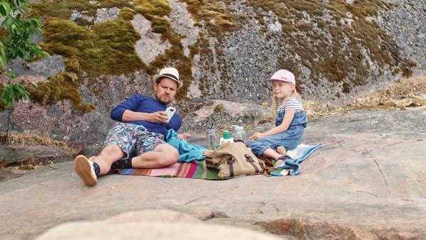Vilda (Sofia Sittnikow) macht mit Papa Picknick auf einer Insel.   Rechte: KiKA/Anton Tevajärvi