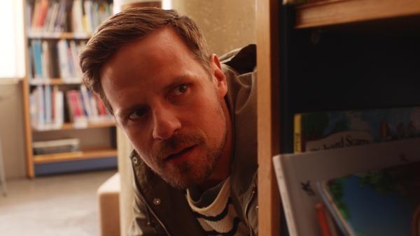Vildas Papa (Peter Kanerva) spielt Verstecken in der Bibliothek. | Rechte: KiKA/Anton Tevajärvi