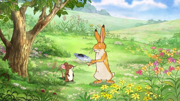 Der kleine braune Hase zeigt der kleinen Feldmaus voller Stolz die schöne Feder, die er geschenkt bekommen hat. | Rechte: KiKA/SLR Productions Australia Pty.Ltd./Scrawl Studios Pte Ltd./hr/ARD