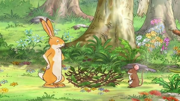 Der kleine braune Hase und die kleine Feldmaus bauen sich aus Zweigen ein Nest, um darin spielen zu können. | Rechte: KiKA/SLR Productions Australia Pty.Ltd./Scrawl Studios Pte Ltd./hr/ARD