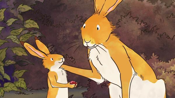 Beim Spielen mit dem großen braunen Hasen entdeckt der kleine braune Hase an einem Busch rote Beeren. | Rechte: KiKA/SLR Productions Australia Pty.Ltd./Scrawl Studios Pte Ltd./hr/ARD