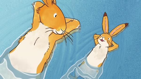 Der große Hase und der kleine braune Hase schwimmen im Fluss, um sich etwas abzukühlen. | Rechte: KiKA/SLR Productions Australia Pty.Ltd./Scrawl Studios Pte Ltd./hr/ARD