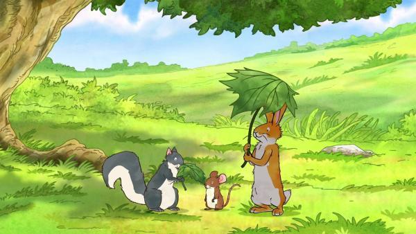 Der kleine braune Hase und die kleine Feldmaus würden gerne auf der Wiese spielen, doch die Sonne scheint viel zu heiß. Da weiß das kleine Grauhörnchen Rat. Es hat ein wunderschönes großes Blatt gefunden, das man als Sonnenschirm benutzen kann. | Rechte: KiKA/SLR Productions Australia Pty.Ltd./Scrawl Studios Pte Ltd./hr/ARD