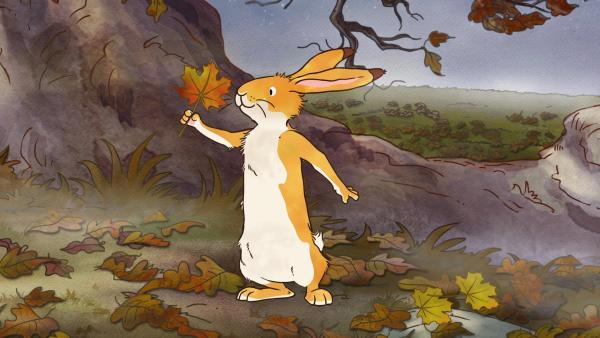 Es ist Herbst geworden. Die Bäume verlieren ihre Blätter. Der kleine Hase bestaunt ein buntes Laubblatt. | Rechte: KiKA/SLR Productions Australia Pty.Ltd./Scrawl Studios Pte Ltd./hr/ARD