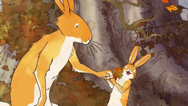 Als der kleine braune Hase an diesem Morgen aufwacht, sieht alles plötzlich ganz anders aus. Es ist Herbst geworden. Der große braune Hase erklärt dem kleinen braunen Hasen, dass die Natur sich verändert, wenn es kälter wird. | Rechte: KiKA/SLR Productions Australia Pty.Ltd./Scrawl Studios Pte Ltd./hr/ARD