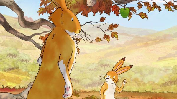 Der kleine braune Hase entdeckt den letzten Apfel des Jahres am Baum. Er bittet den großen braunen Hasen, ihn zu pflücken.  | Rechte: KiKA/SLR Productions Australia Pty.Ltd./Scrawl Studios Pte Ltd./hr/ARD
