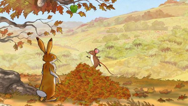 Der kleine braune Hase und die kleine Feldmaus wollen den letzten Apfel des Jahres vom Baum pflücken. | Rechte: KiKA/SLR Productions Australia Pty.Ltd./Scrawl Studios Pte Ltd./hr/ARD